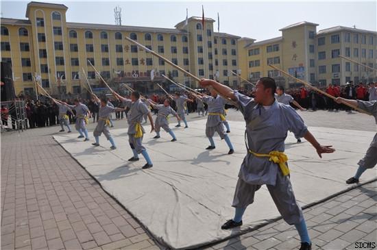 嵩山少林寺武僧团培训基地学员表演正宗的少林棍法图片
