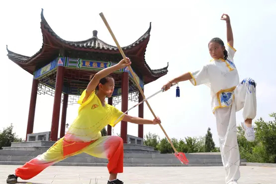 在少林寺后山练习正宗少林功夫的是姐妹们